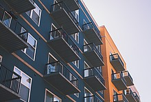 Moderne Mehrfamilienhäuser mit Balkonen