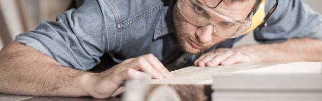 Handwerker bei der Arbeit - Symbolbild für die co2online Themenwelt Modernisieren und Bauen
