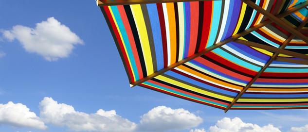 Sonnenschirm und blauer Himmel