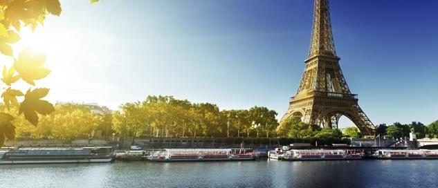 Der Eiffelturm in Paris an der Seine